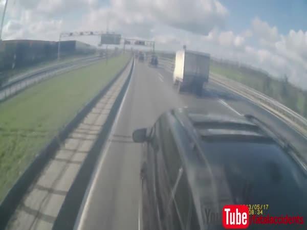 Řidič SUV se pokusil vybrzdit kamion