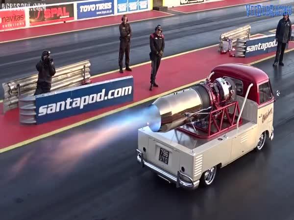 VW Transporter s motorem ze stíhačky