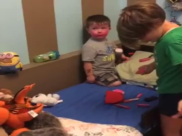 Mladší bráška si vypůjčil make-up
