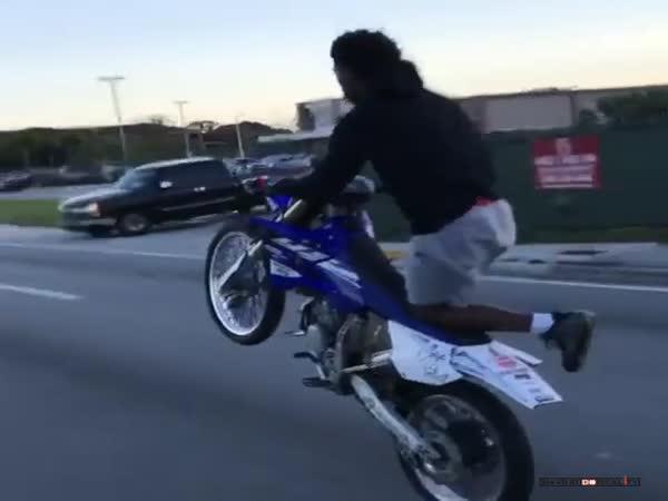 Šílená jízda na motorce po zadním