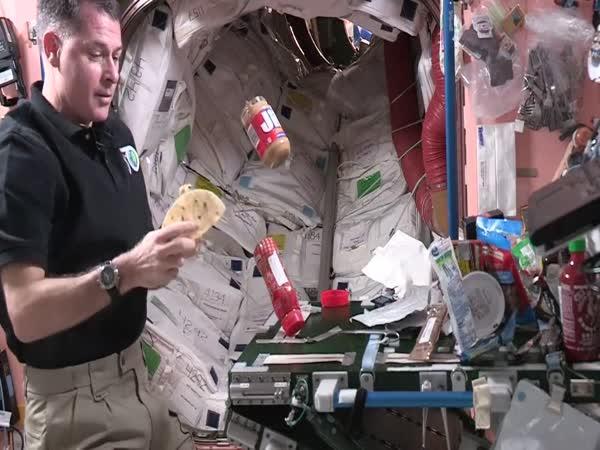 Jak jedí kosmonauti?