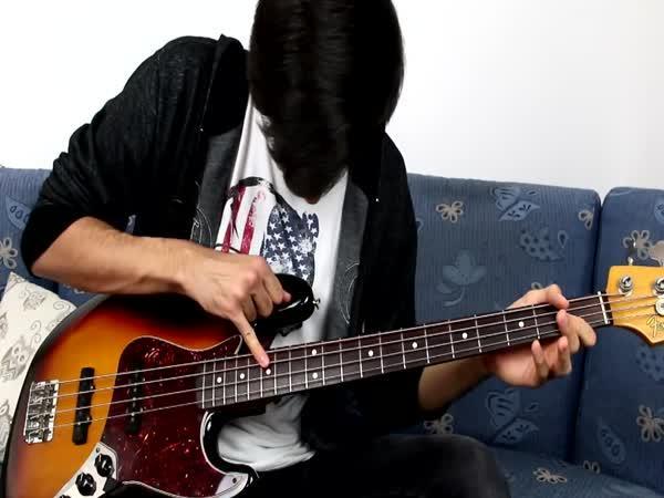 Týpek hraje na kytaru malíčkem