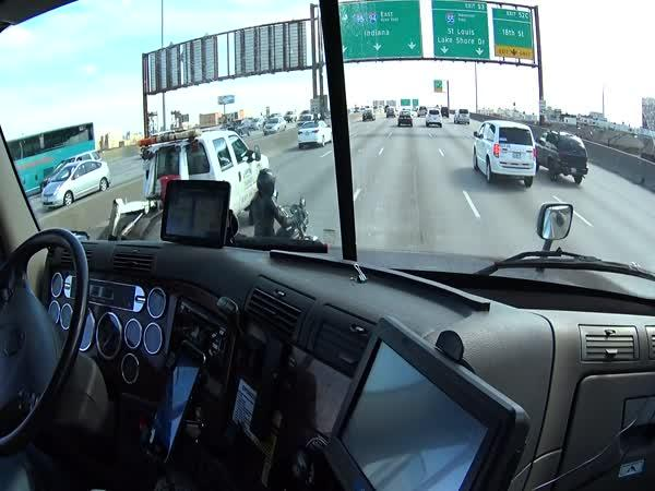 Kamioňák pomůže motorkářovi