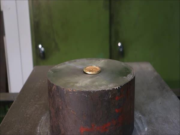 Hydraulický lis vs. mince