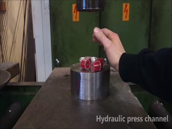 Hydraulický lis vs. výbušniny