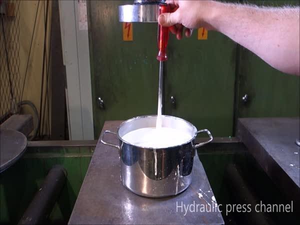 Hydraulický lis vs. jakási tekutina