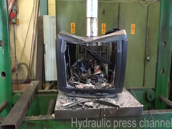 Hydraulický lis vs. stará televize