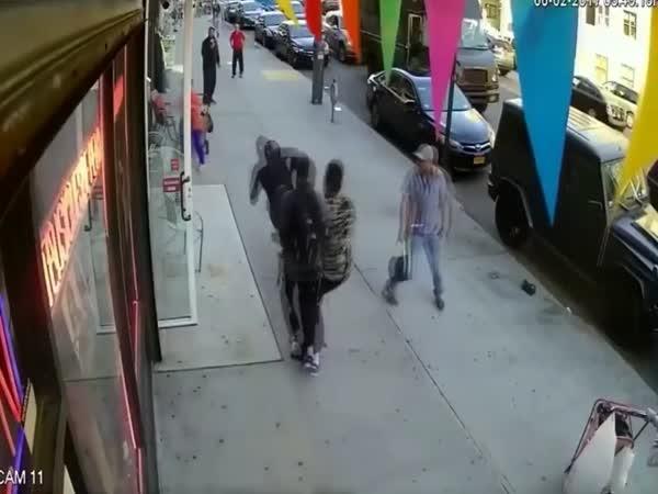Mladík napadl 90letého pána