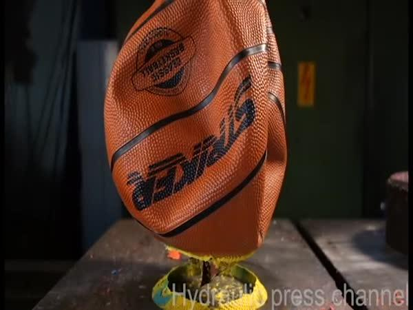 Hydraulický lis vs. míče