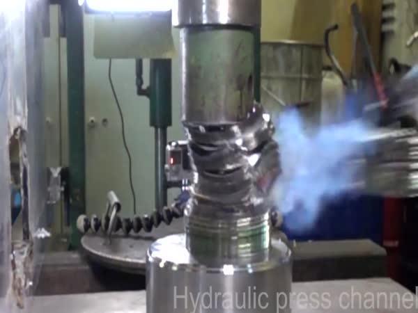Hydraulický lis vs. DVDčka