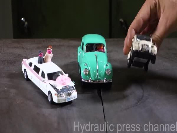 Hydraulický lis vs. autíčka