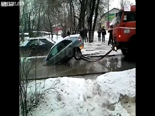 Nepovedená záchrana zapadlého auta