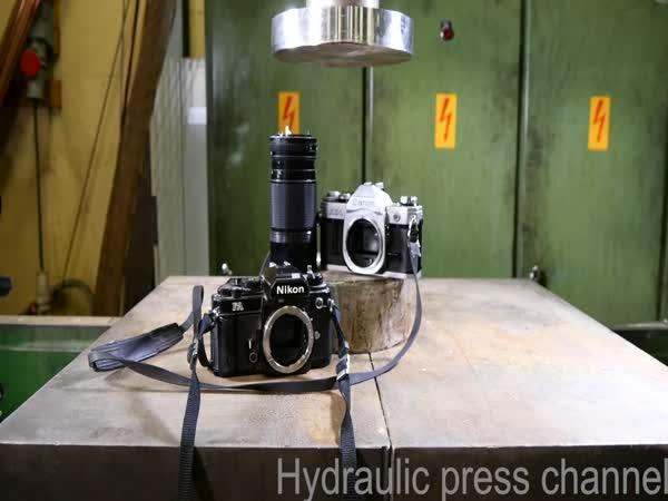 Hydraulický lis vs. staré fotoaparáty