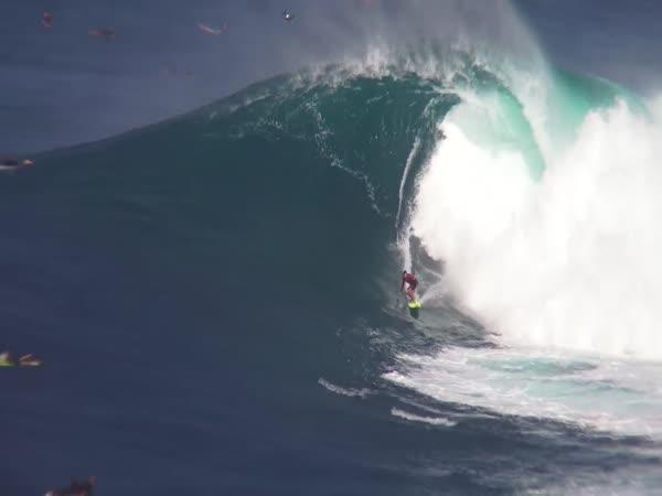 Surfaři v obrovských vlnách