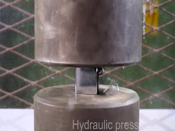 Hydraulický lis vs. zámek