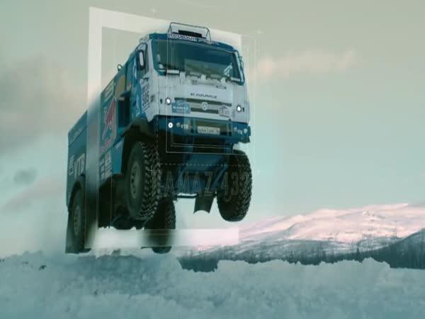 Skok přes sněžnou rampu v trucku