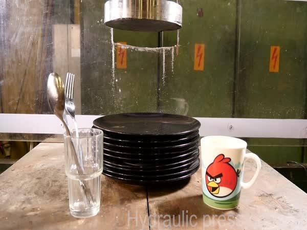 Hydraulický lis vs. nádobí