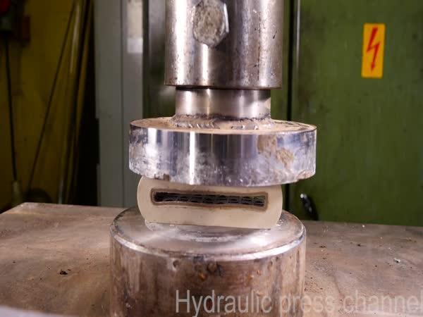 Hydraulický lis vs. lepicí páska