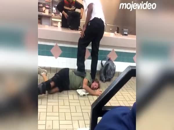 Agresor vs. zaměstnanci fast foodu