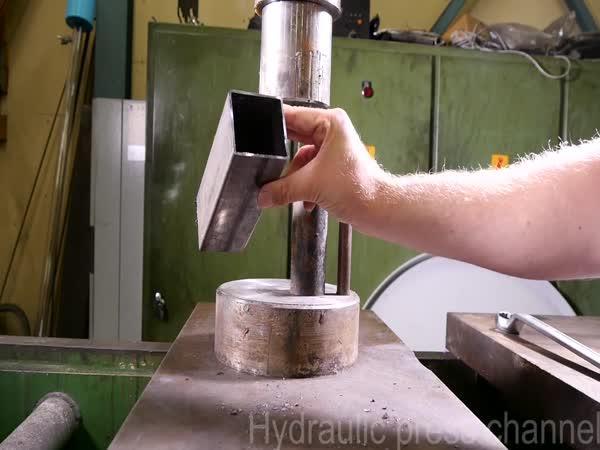 Hydraulický lis vs. kovové trubky