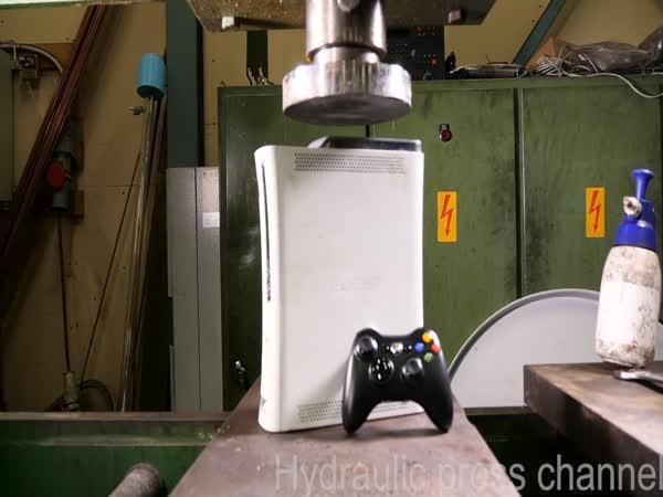 Hydraulický lis vs. Xbox 360