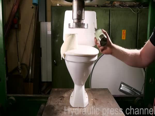 Hydraulický lis vs. záchod