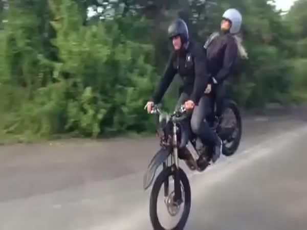Stylové zaparkování dvojice na motorce