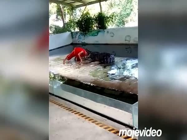 Krokodýl se mu zakousl do hlavy!