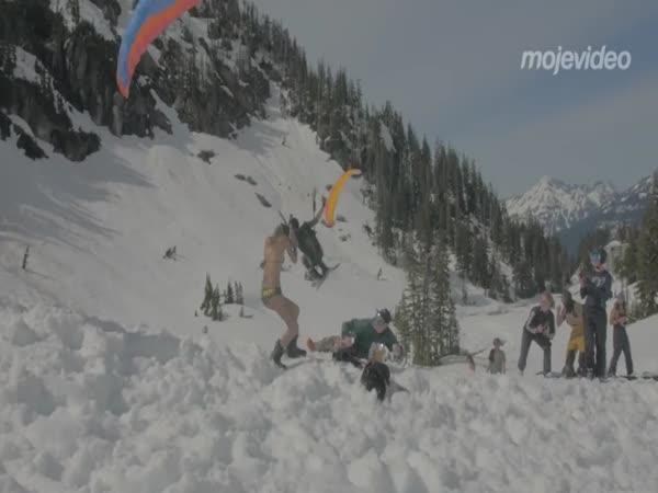 Letící lyžař málem srazil dívku!