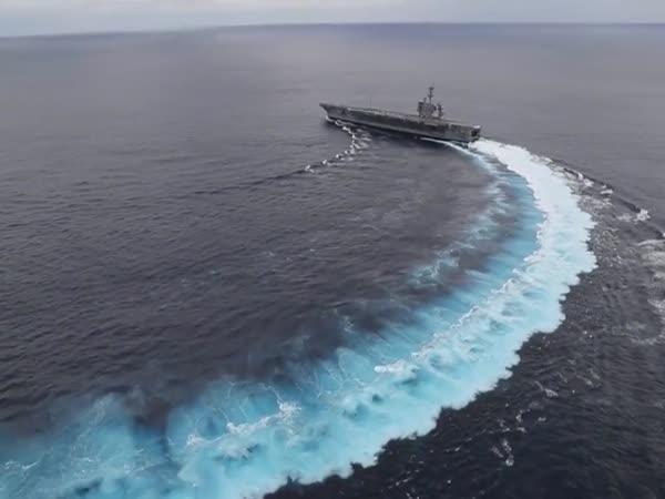 Když driftuje letadlová loď