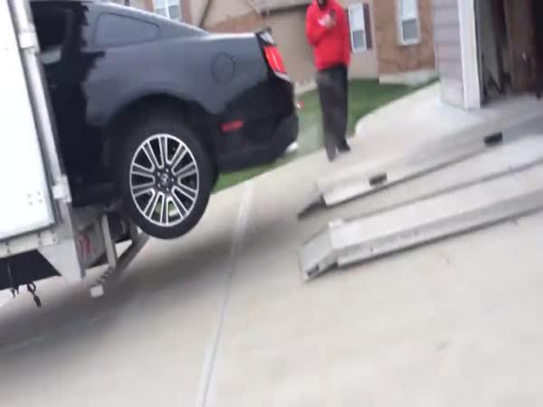 Idiot nakládá Mustanga
