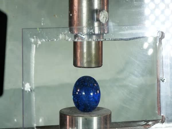 Hydraulický lis vs. umělecké sklo
