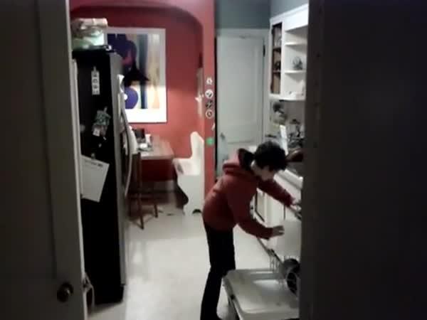 Syn chycen při umývání nádobí