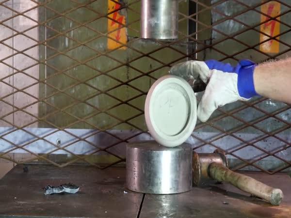 Hydraulický lis vs. různé plasty 2