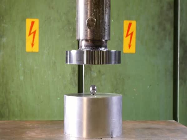 Hydraulický lis vs. adamantium