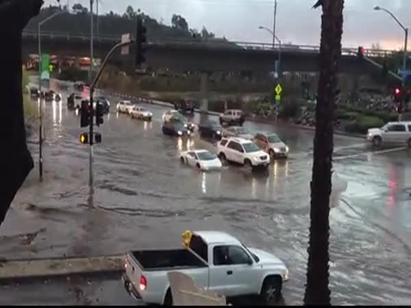 Lambo - průjezd zaplavenou křižovatkou