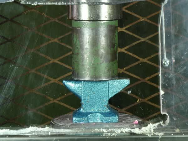 Hydraulický lis vs. kovadlina