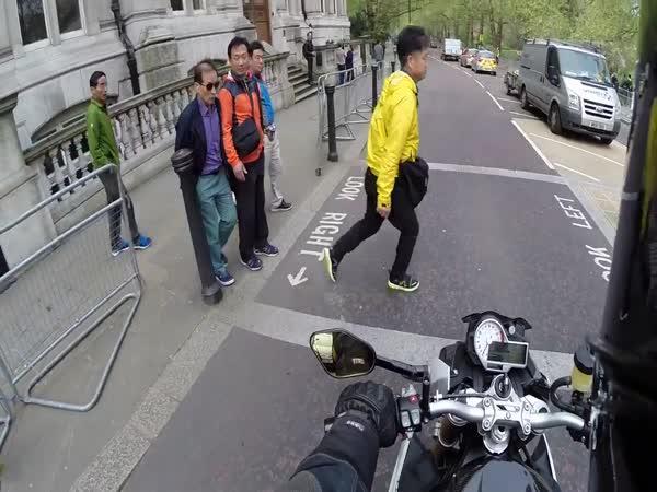 Motorkář vs. chodci na červenou