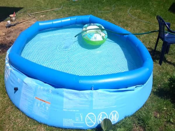 Polák ohřívá vodu v bazénu