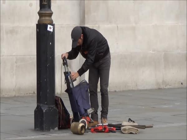 Levitující umělec na ulici