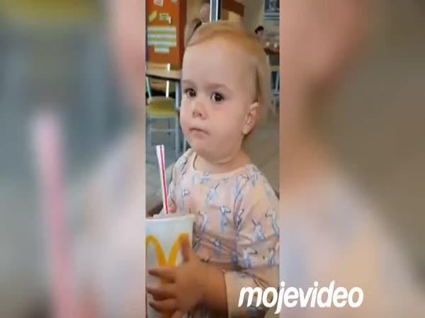 Děvčátko poprvé ochutnalo Coca Colu