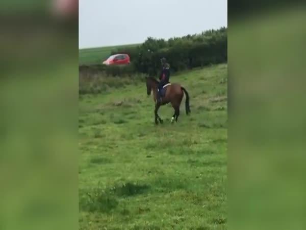 To proklaté děvče na koni!