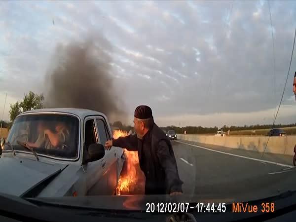 Záchrana posádky hořícího auta