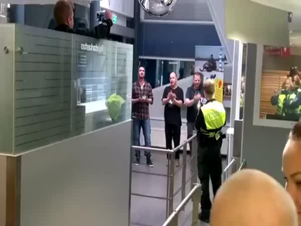Jak si Rusové krátí čas na celnici