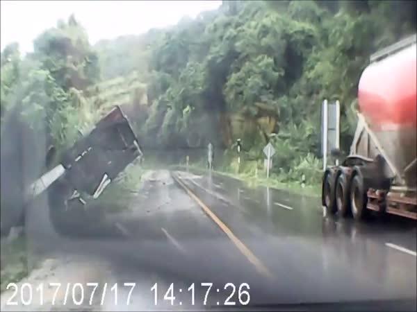 Nehoda na kluzké silnici