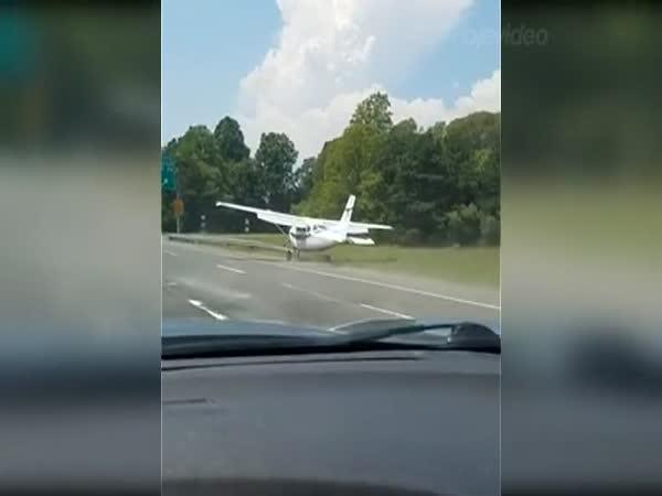 Nouzové přistání na dálnici