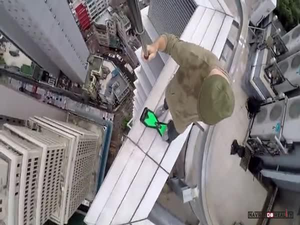 S hoverboardem na střeše mrakodrapu