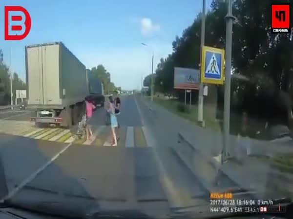Kamioňák málem přejel chodce