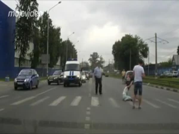 Osamělá motorka na vozovce
