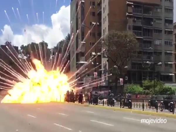 Lidé tleskali při útoku na policii
